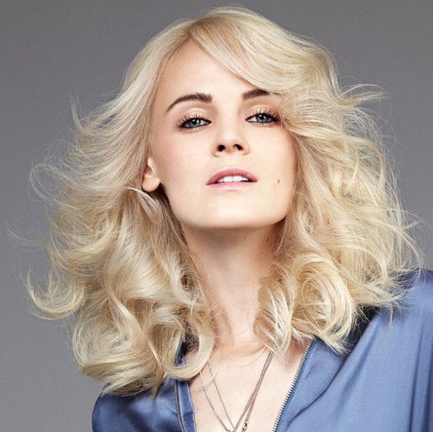 Frisuren-Inspiration: Blow Dry Volumen mit Locken