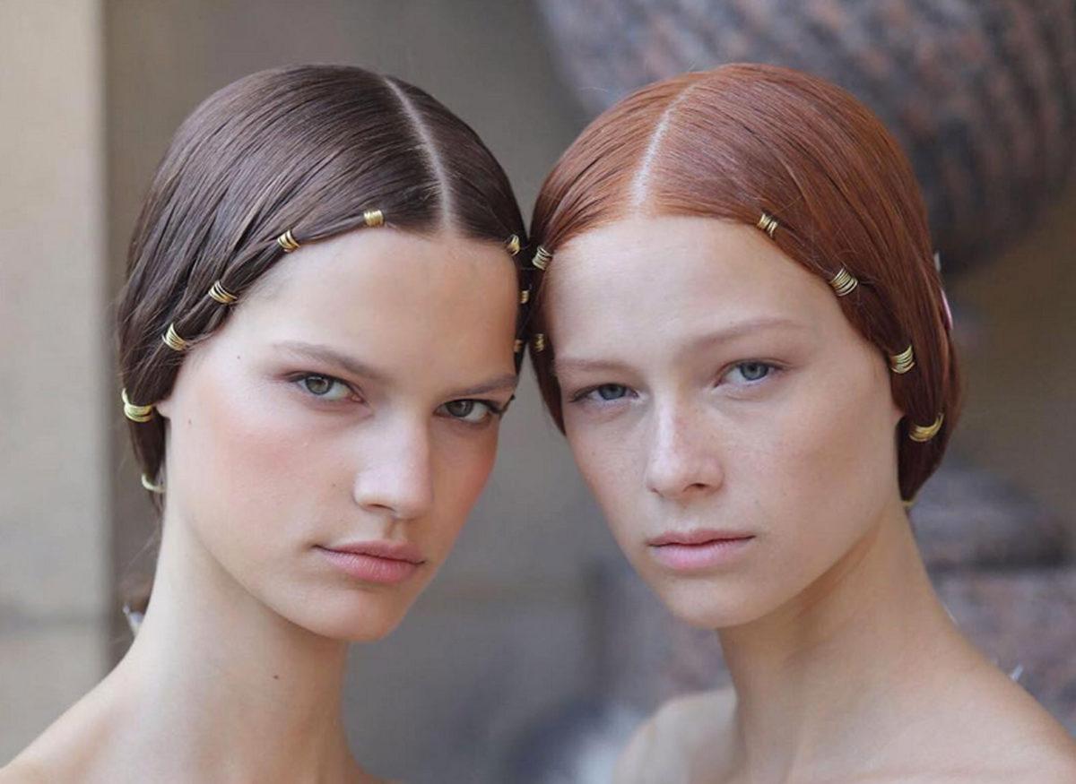 Frisuren Inspiration: Goldene Drähte im Haar bei Valentino